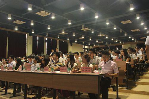 企业嘉宾认真参加展评活动,并与招聘相结合对学生重点点评