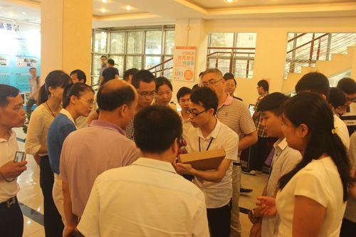 企业嘉宾参观学生作品展示