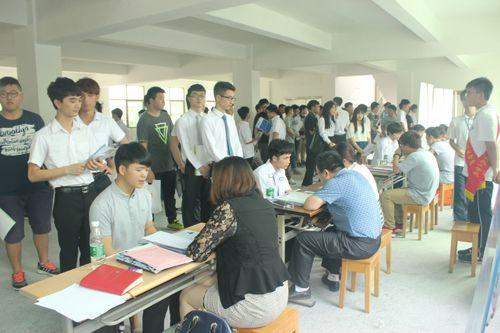 学生参加计算机系专场招聘会