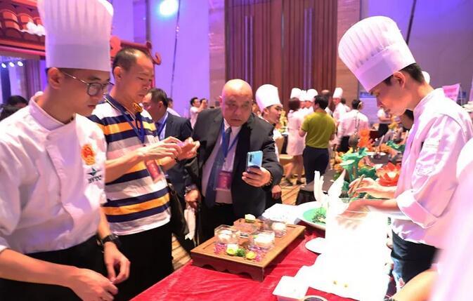 指间上的艺术!广州白云工商技师学院烹饪专业学子雕刻作品惊艳国际论坛