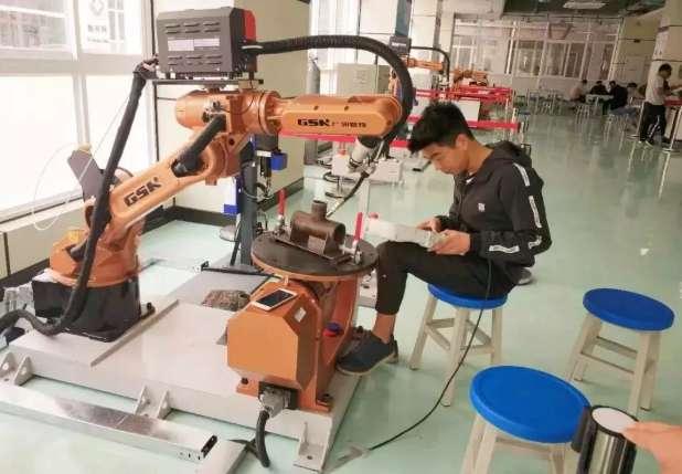 操作设置焊接工业机器人运动轨迹参数