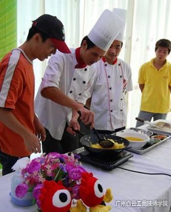 关则管参加新浪主办的烹饪大赛