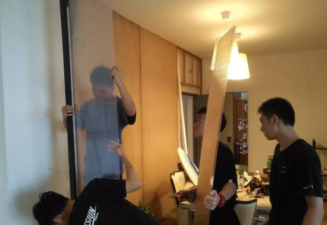 室内设计专业同学正在装修自己的软装教室