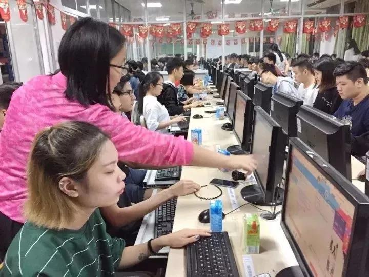 跨境电商专业学子在广东骆驼服饰集团奋战双十一