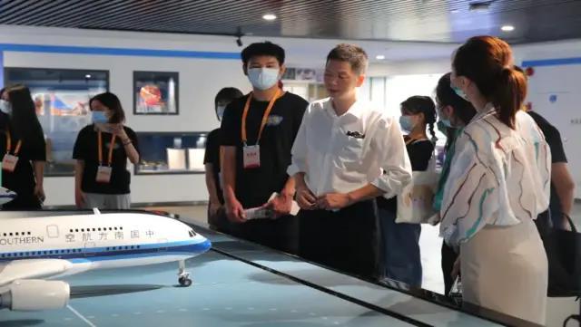 广州市白云工商技师学院航空服务专业空管局参观学习