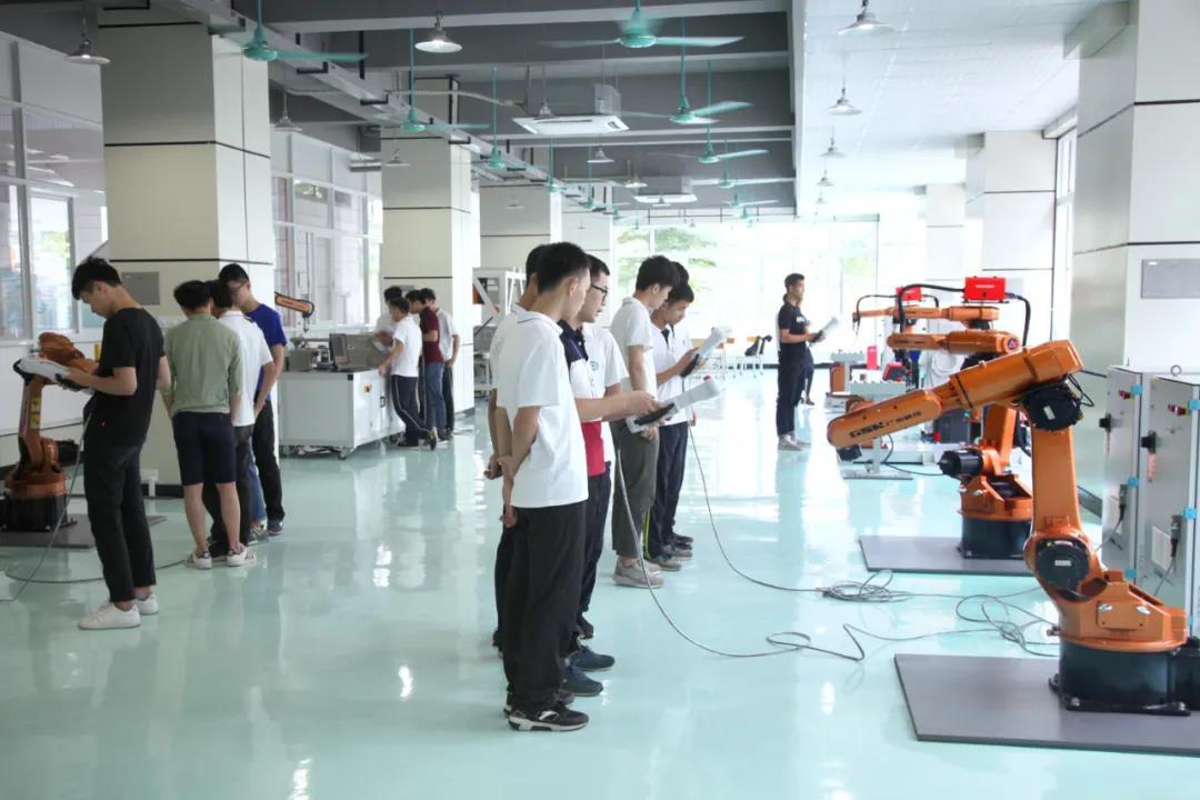 工业机器人专业学生实训