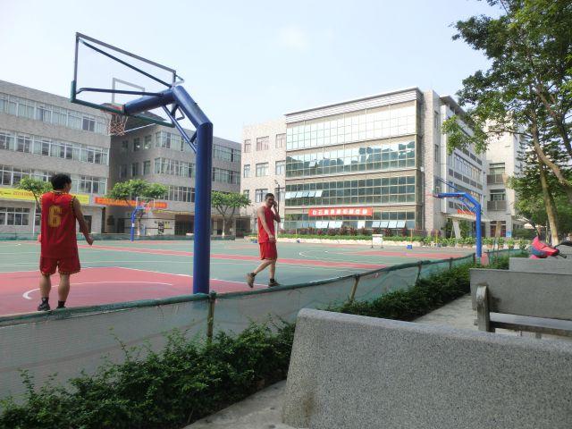 行政楼边上的篮球场