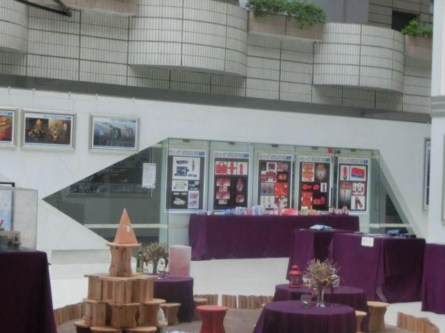 1号教学楼1楼中间是艺术与建筑系展示学生作品的地方,只拍到了一个小角落